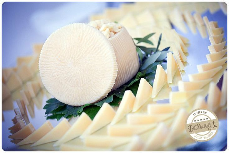 Chic italian cheese decor. Ph Youness Taouil http://www.brideinitaly.com/2013/12/alchimie-gotico.html #italy #wedding