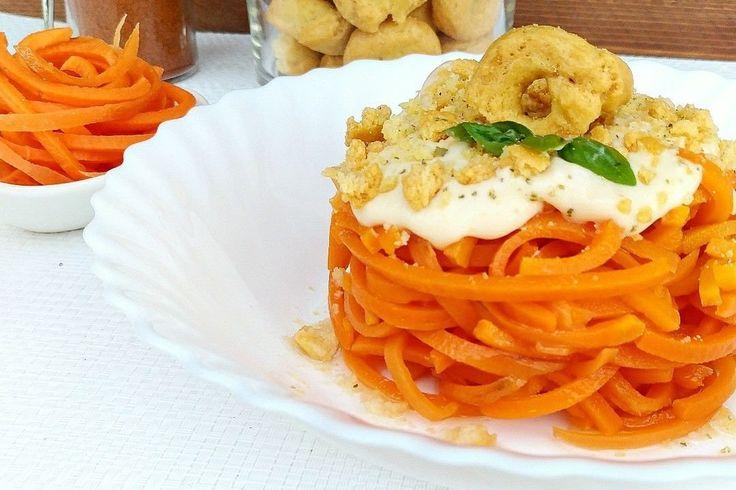 Gli spaghetti di carote con crema al parmigiano e taralli sbriciolati sono una valida alternativa alla classica pasta. Ecco la ricetta ed alcuni consigli