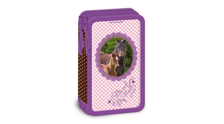 My Horse Lovas Emeletes Tolltartó - Emeletes Tolltartók - Nebuló Tanszeráruház.  1-2 osztályban az emeletes tolltartót ajánlják. Ebben a szép lovas tolltartóban elférnek a színesceruzák, tollak és ceruzák és egyéb kiegészítők. Erős, tartós: textillel bevont borító és merev belső lapok. Kézzel mosható. Méret: 18,7x4,5x11 cm.