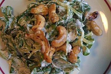 Feldsalat mit Essig–Schmanddressing und gerösteten Cashewkernen