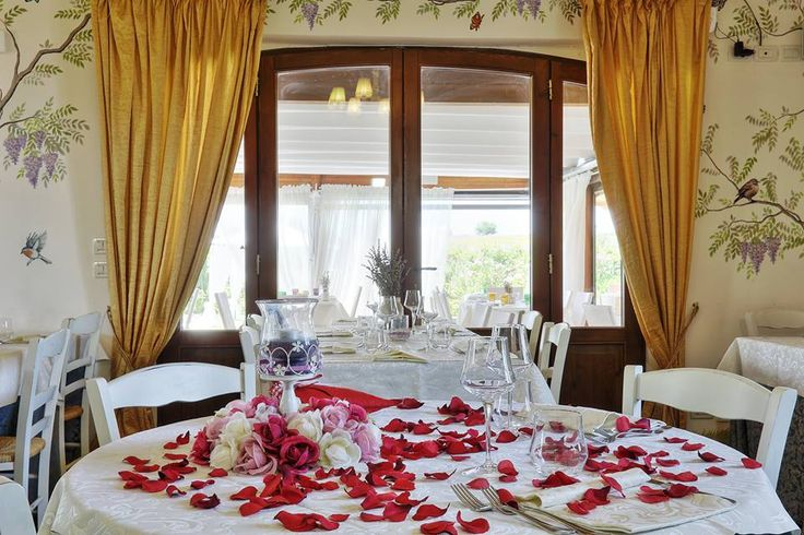 Cena romantica con fiori e dediche