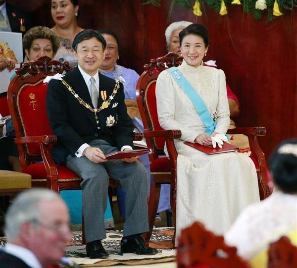 国王ツポウ6世の戴冠式に参列し、笑顔を見せられる皇太子ご夫妻=4日、トンガ・ヌクアロファ(共同)