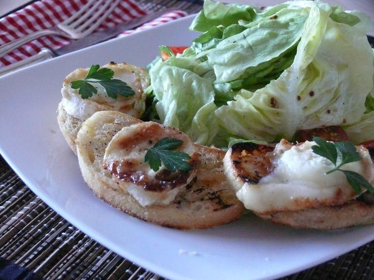 Salat mit Ziegenkäse-Crostini