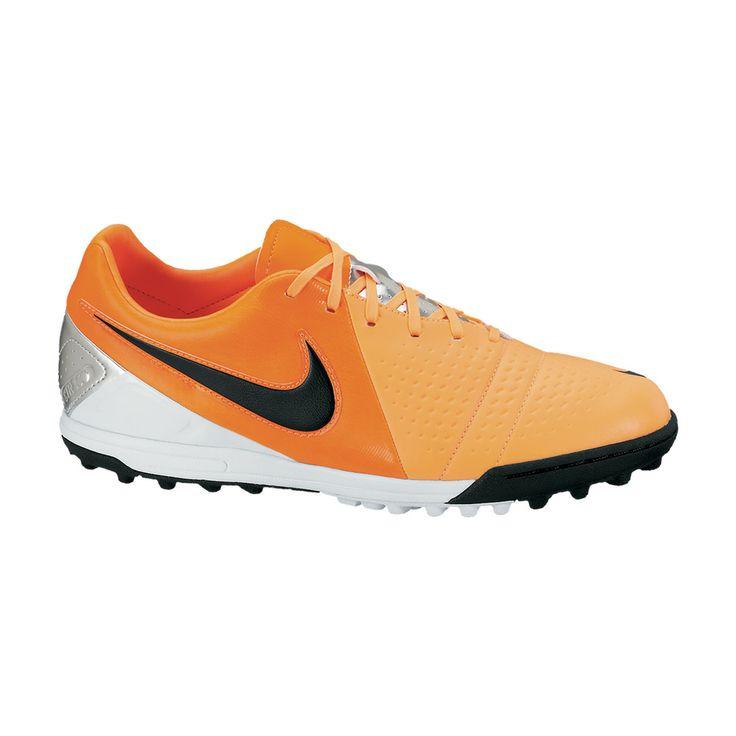 Το νέο ποδοσφαιρικό παπούτσι της Nike σε εντυπωσιακό πορτοκαλί χρώμα, ειδικό για τεχνητό χλοοτάπητα. Το ασύμμετρο σύστημα ραφής στο μπροστινό μέρος του παπουτσιού βελτιώνει τον έλεγχο και το κοντρόλ της μπάλας. Ένα πολύ ελαφρύ παπούτσι, με εσωτερική σόλα τεχνολογίας EVA, που προσφέρει άνεση και απορρόφηση των κραδασμών.
