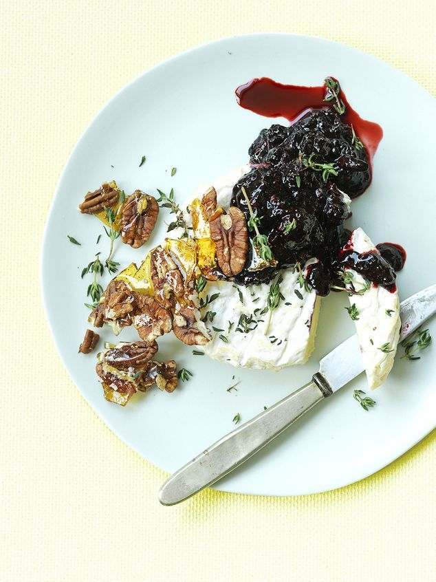 Zachte chevre met warme bramen, gekarameliseerde pecannoten en zeetzout