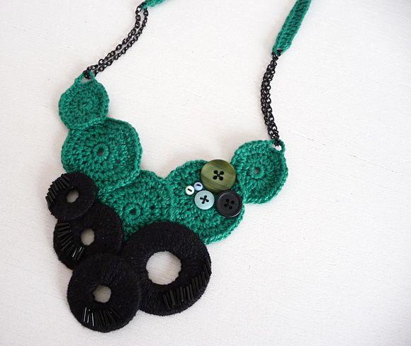 Colar de crochê bicolor, com bordados e aplicação de botões de madrepérola e vintage, e correntes.  * Fecho de metal * Tamanho único  ** Encomende em outras cores R$ 80,00