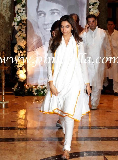 Deepika Padukone with sister Anisha at Rajesh Khanna's condolence meet | PINKVILLA - love her simple white kurta