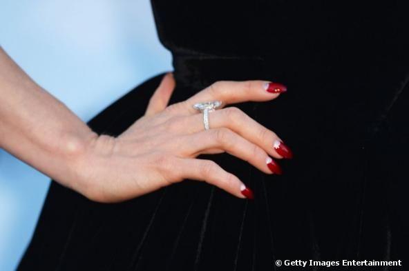 dita von teese manicure | Dita Von Teese osa la French Manicure al contrario rosso fuoco. - foto