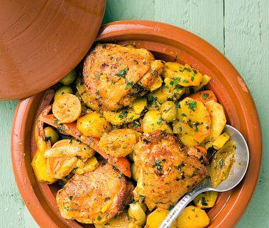 Den här otroligt smakrika kycklinggrytan är en klassiker i det marockanska köket. Kryddblandningen ras-el-hanout ger den rätta karaktären. En allt i ett-gryta som får snålvattnet att rinna!