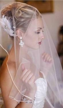 This looks a lot like the feather hairpieces I love! Where in the heck is the veil attached though?