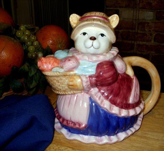 Vintage kat met vis mand Collectible keramiek theepot Voor de verzamelaar van een theepot is dit een echt schattig toevoeging. Gelukkig weinig kat houdt een mand met vis die deel van de tuit uitmaken, de staart is het handvat. In perfecte staat, geen scheuren of chips, deze theepot staat van 8 inch hoog en is 8 1/2 inch es van handvat aan de tuit. Deze keramische inbaar is kleurrijk, schattig, en een leuk stukje.