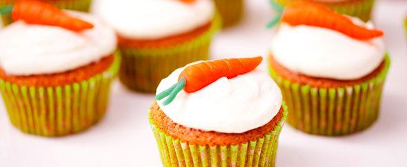 Carrot Cupcakes     Ingrediënten voor 12 tot 20 standaard cupcakes:    240 gram bloem  240 gram suiker  200 ml zonnebloem olie  3 eieren  2 theelepels bakpoeder  1 theelepel zout    300 gram wortels, fijn geraspt   2 theelepels kaneel