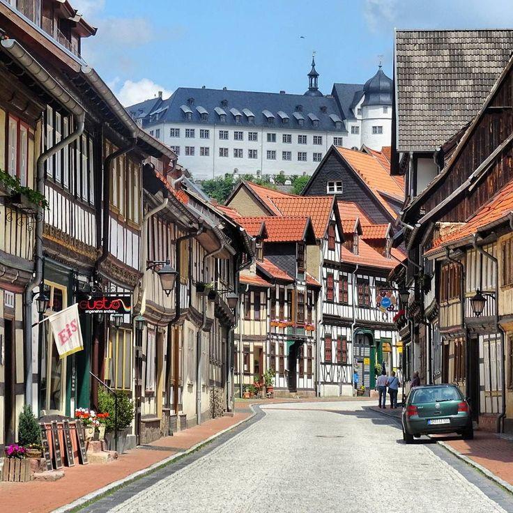 Hier ein weiteres Foto aus Stolberg (Harz). Im Hintergrund ist das Schloss Stolberg sehen. Das wird gerade restauriert. Wie an einer Perlenkette reihen sich die Fachwerkhäuser hier aneinander. Wer mal dorthin fährt sollte viel Zeit mitbringen denn es gibt viel zu sehen.  #Stolberg #Harz #Sachsenanhalt  #meindeutschland #igersdeutschland #zamek #igersgermany #ig_germany #ig_deutschland #srs_germany #bestgermanypics #Altstadt #loves_united_germany #germanvision #Oldtown #germanytourism…