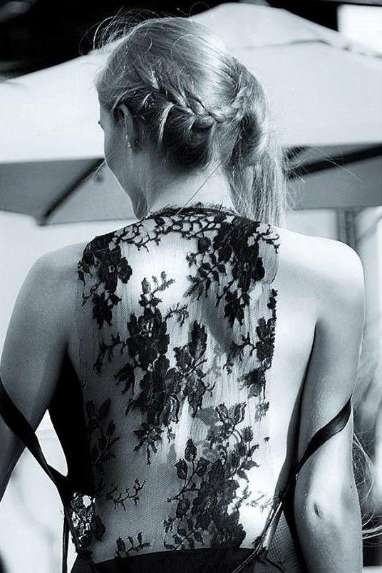 """Alors ici vous pouvez contempler le dos nu du model """"Océane Le Ny"""" recouvert d'une jolie dentelle noire Chanel."""