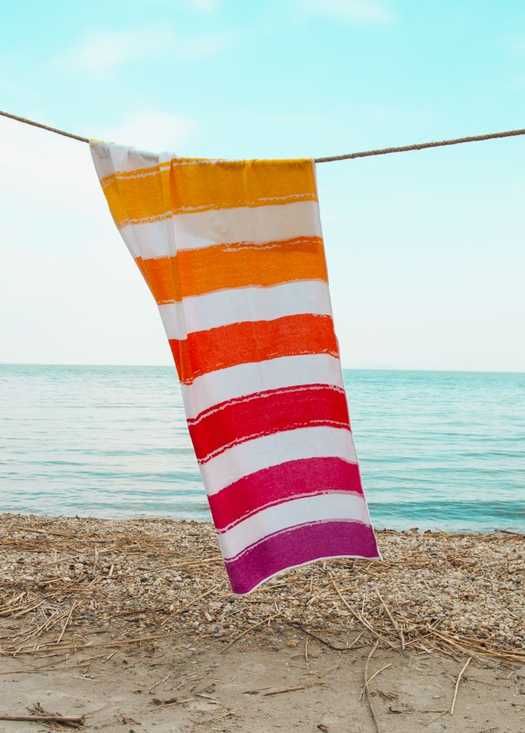 Téged is a friss trópusi gyümölcsök kápráztató aromái vonzanak a nyárban? Imádod a tengerparti naplementék utánozhatatlan színorgiáját? Ez a te törölköződ, ne habozz, rendeld meg, ilyen találkozások ritkán adódnak az életben! Színoldala puha velúr, hátoldala sűrű szövésű hurkolt felületű frottír, így a lenyűgöző színek mellett a kimagasló nedvszívó képességről sem kell lemondanod.  100 x 180 cm 100 % pamut, 380 g/m² súlyú.