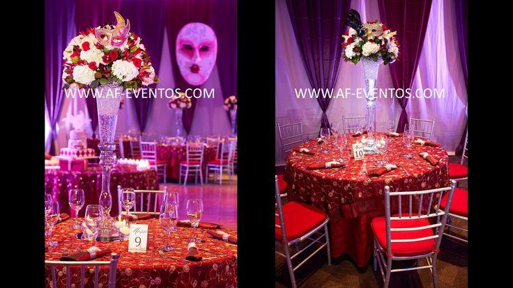 Centros de mesa altos con flores naturales y una máscara referente a la temática veneciana, @afeventos