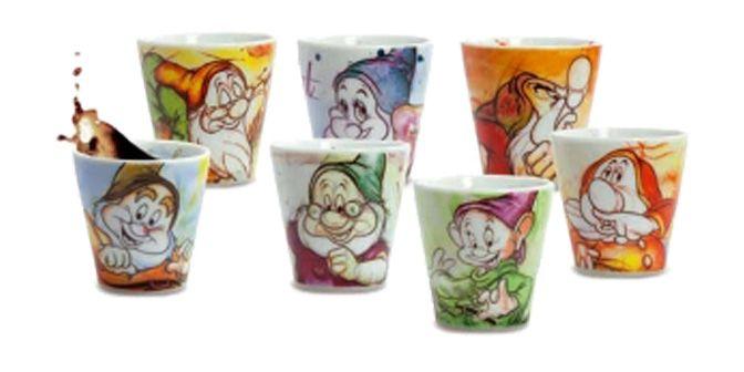 """SET BICCHIERI CAFFE'""""I 7 Nani"""" - Disney - EGAN s.r.l.  Set n°4 bicchieri della linea in ceramica.  Dimensioni: 6x6cm  Disponibile set di n° 4 bicchierini in diversi soggetti."""