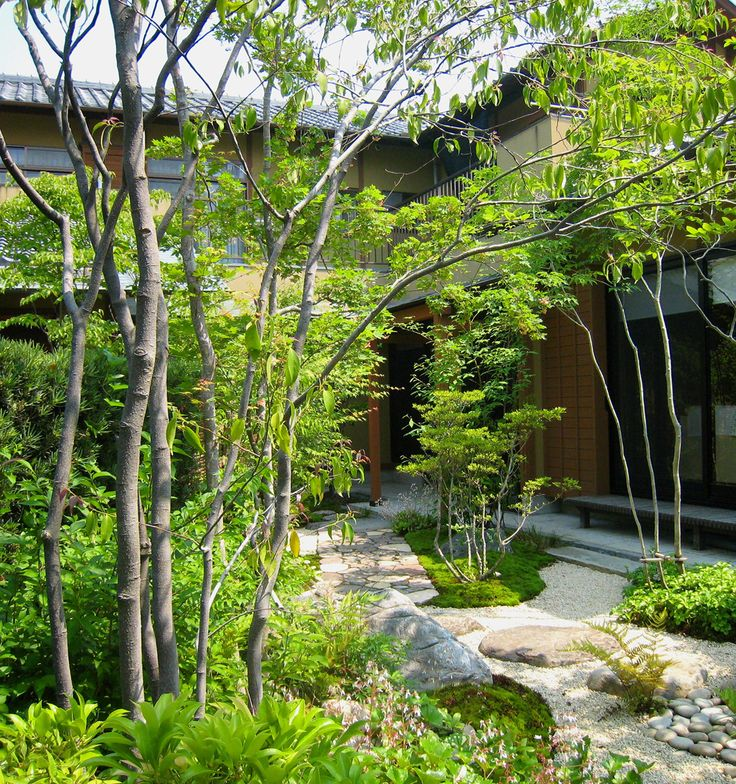 プライベートな庭園空間―   誰もが憧れる理想の庭をカタチにさせていただきました。   門をくぐり、アプローチを進むと徐々に住まいが見えてくる。   家から庭を眺めたとき、緑に囲まれ周囲の目を気にせずくつろぎの時間が過ごせる。 ...