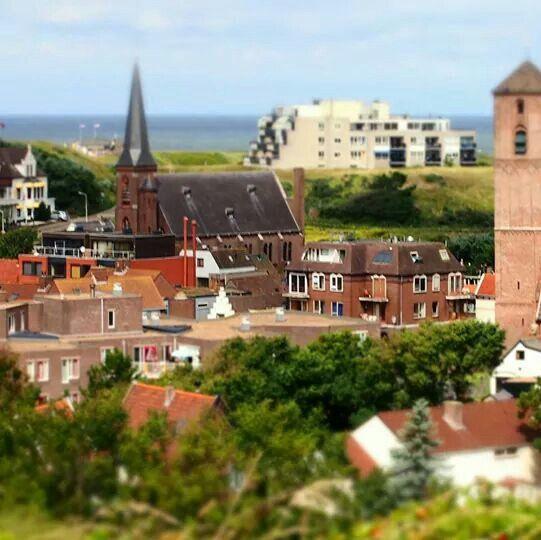 Wijk aan Zee, de zee gezien vanaf het Paaschduin via de RK kerk langs de appartementen Westerduin