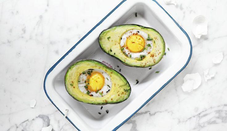 Palta con huevo al horno (2 p) Ingredientes 1 palta 2 huevos Sal y pimienta negra a gusto 2 cucharadas de ciboulette Aceite a gusto Preparación 1. Precalentar el horno hasta 220° 2. Aceitar una bandeja de hornear 3. Partir la palta por la mitad y ahuecar un poco el centro usando una cuchara 4. Sobre ese espacio romper 1 huevo en cada mitad cuidando dejar la yema intacta 5. Salpimentar a gusto 6. Hornear durante 15 minutos aproximadamente 7. Servir inmediatamente decorando con ciboulette.