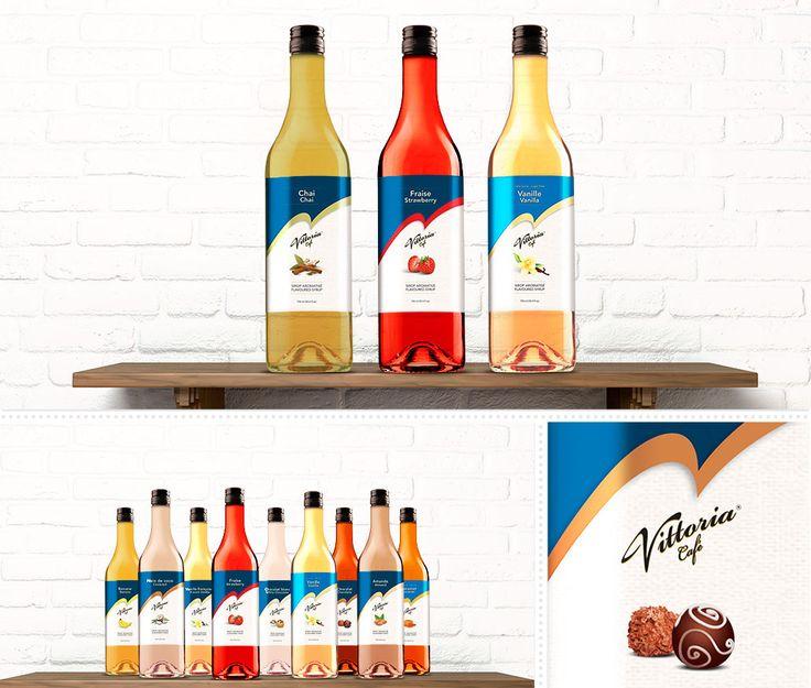 Café Vittoria : En 2013, Café Vittoria lance un nouveau produit; une gamme complète de sirop pour arômatiser le café. MSCom conçoit un emballage qui s'harmonise parfaitement sur les bouteilles en verre et s'accorde aux 21 saveurs différentes. Inspiré des sacs de café, l'image corporative de Café Vittoria y est respectée sur cet emballage.