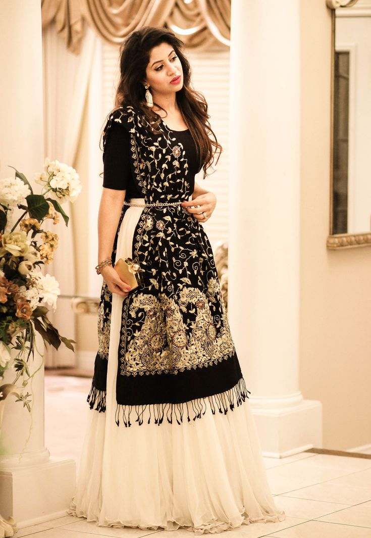 I am loving the trending fashion of lehngas/flowy skirts like any other girl! This trend has made a mark on the Pakistani fashion industry since the past couple of years. This beautiful, ivory ski…