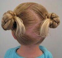 Twee knotjes, ook makkelijk als het haar nog niet zo lang is.