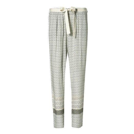 Pantalone, gamba morbida con cavallo leggermente sceso in viscosa stampata. Cintura con filo ricamato a contrasto.