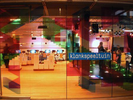 In de Klankspeeltuin in het Amsterdamse Muziekgebouw aan 't IJ kunnen kinderen muziek maken, zonder dat ze ook maar één noot kunnen lezen. Ze mogen er hun eigen klankwereld creëren met allerlei kekke muziekmachines, installaties en computers die speciaal zijn ontwikkeld door kunstenaars en geluidtechnici.