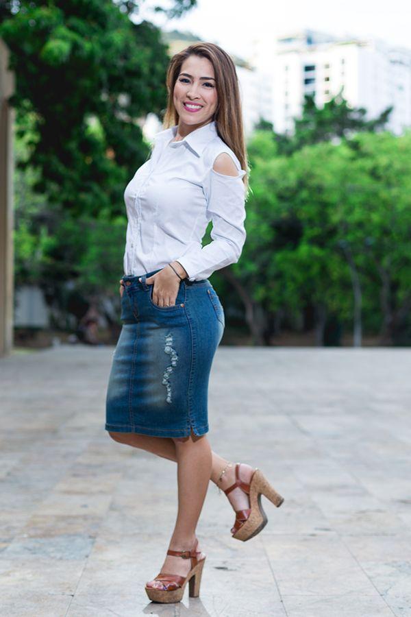 Falda en jean y blusa camisera blanca con detalle en el puño