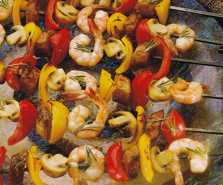 Хороший вариант для летнего отдыха загородом: сделать вегетарианский шашлык с помидорами, кабачком, баклажаном, паприкой, креветками, грибами и маленькими луковицами.