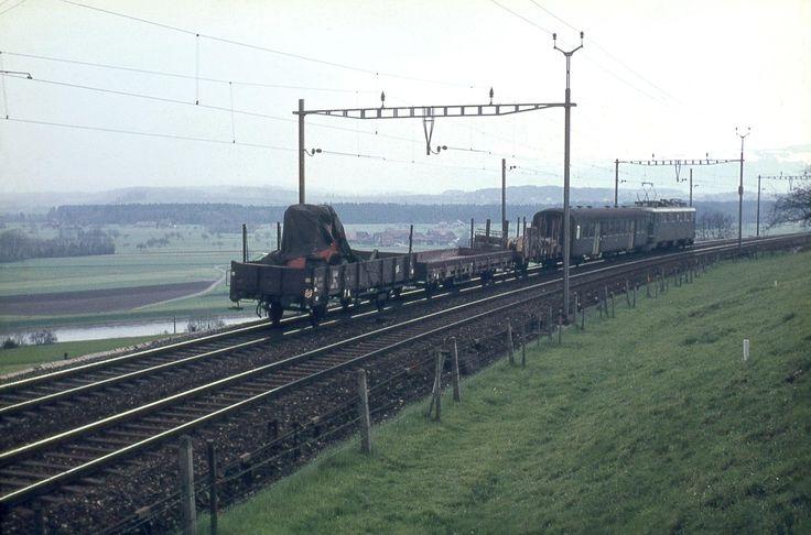 SBB, südlich von Mühlau, unten die Reuss, Güterzug mit Ae 6/6, Aufnahmejahr unbekannt