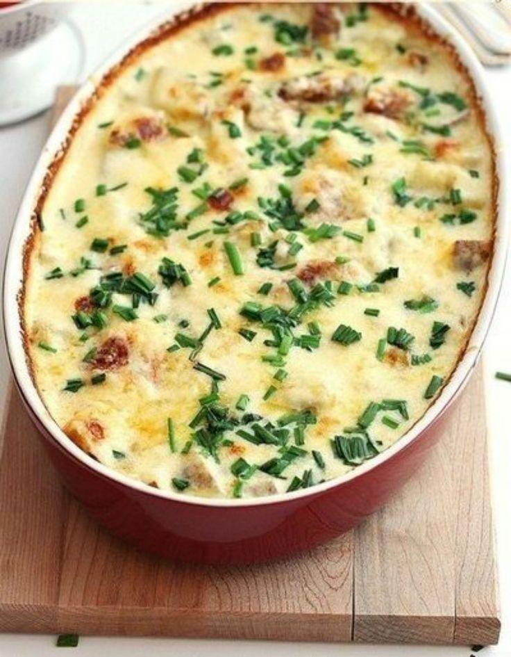 Vă recomandăm astăzi o rețetă delicioasă de cartofi cu brânză Cheddar la cuptor…