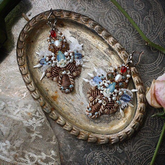 """Серьги """"Царские регалии II"""" Необычные, яркие, с """"изюминкой"""":) В ручной вышивке на шелке-кристаллы swarovski, цвета, который уже не выпускают, антикварная тесьма, канитель, старинные хрустальные бусины, пайетки и антикварное кружево, так же тут богемский бисер и речной жемчуг. Длина со швензой около 7 см, вес серьги около 8 грамм Легкие и изящные! #серьги#украшение#вышивка#ручнаяработа#авторскаяработа#embroidery#swarovski#earrings"""