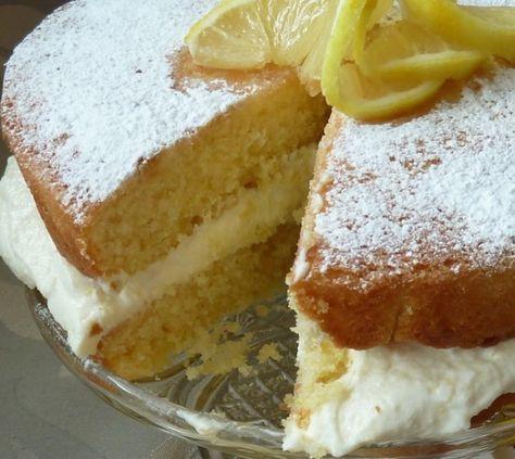 È una semplice sponge (la versione inglese del nostro pan di Spagna) bagnata con uno sciroppo di limone e abbondantemente farcita con una crema a base di ricotta.