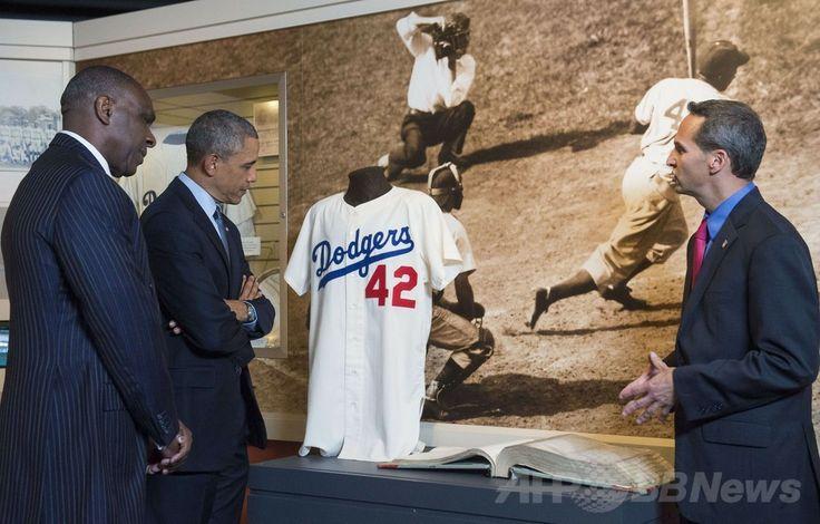 米ニューヨーク(New York)州クーパーズタウン(Cooperstown)にある米野球殿堂博物館(National Baseball Hall of Fame and Museum、Hall of Fame)を訪れ、アフリカ系米国人初の大リーガー、ジャッキー・ロビンソン(Jackie Robinson)のユニホームを見るバラク・オバマ(Barack Obama)米大統領(左から2人目、2014年5月22日撮影)。(c)AFP/Saul LOEB ▼23May2014AFP オバマ氏が野球殿堂を訪問、米大統領初 観光振興を宣言 http://www.afpbb.com/articles/-/3015732 #National_Baseball_Hall_of_Fame_and_Museum #Barack_Obama