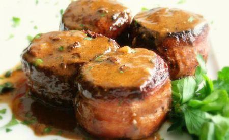 Simplemente espectacular. Una de las recetas que te presentamos hoy es de unos sabrosisimos medallones de cerdo con salsa de ajo. El cerdo estará condimentado con pimienta negra y luego cocinado en vino de Marsala. Una receta digna de una cena realmente especial. Lo mejor de todo: no es nada complicada de preparar.