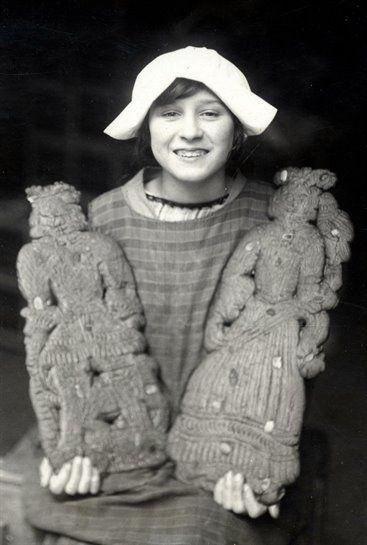 1926 een meisje in dienst van De Korenschoof te Utrecht met twee speculaaspoppen