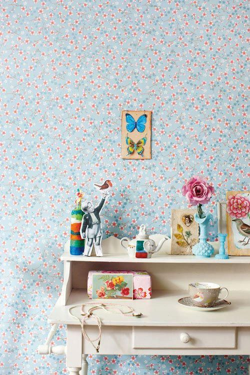 I neeed this desk... and the wallpaper too!!