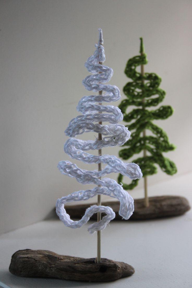 Kerstboompjes van een ketting van lossen op een stukje drijfhout