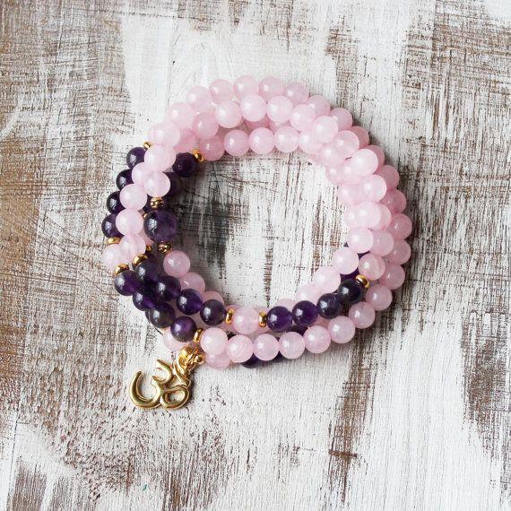 Collier Mala améthyste Quartz rose  Il s'agit d'un collier et un bracelet qui peut envelopper sur votre poignet 4 fois (convient à moyenne poignets). Fabriqué avec 6mm quartz rose et améthyste 6mm. Monté sur fil élastique solide pour le rendre agréable à enfiler. Fini avec un charme d'om or. * Tous les composants sont fabriqués en Amérique.  Version argent: https://www.etsy.com/listing/262518695/prayer-bracelet-108-mala-beads-crystal  → fabriqués à la main avec amour et intentions. Fait sur…