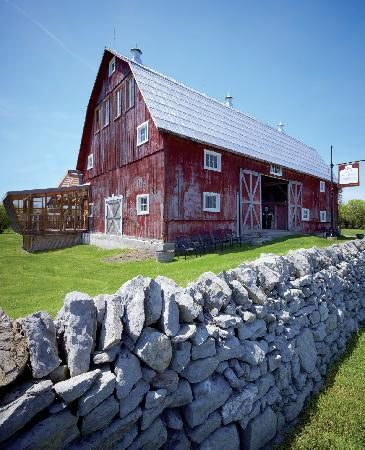 Karlo Estates Winery: Front of the barn .. Wellington, ON