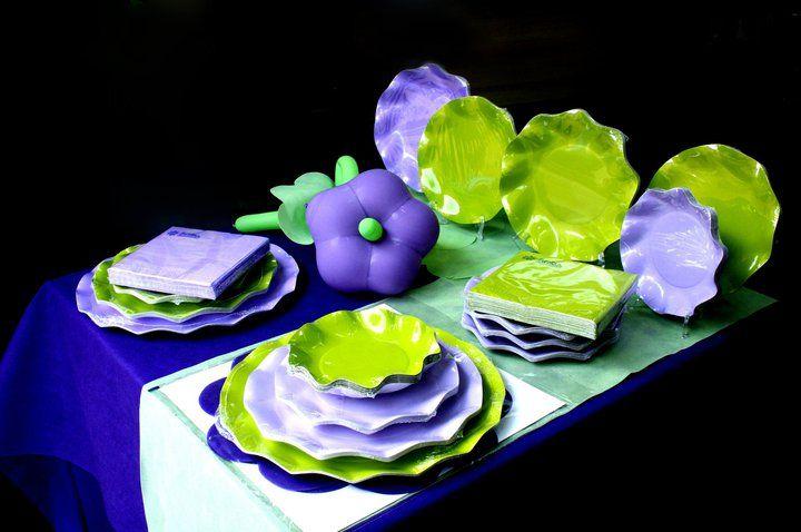 Perchè a noi piacciono i #colori della #Primavera e della natura: #viola #purple #verde. Idee per una tavola in #Festa con tanti #palloncini.