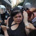 Cosa sta succedendo in Grecia? La troika ordina licenziamenti, la gente si infuria. La polizia carica.