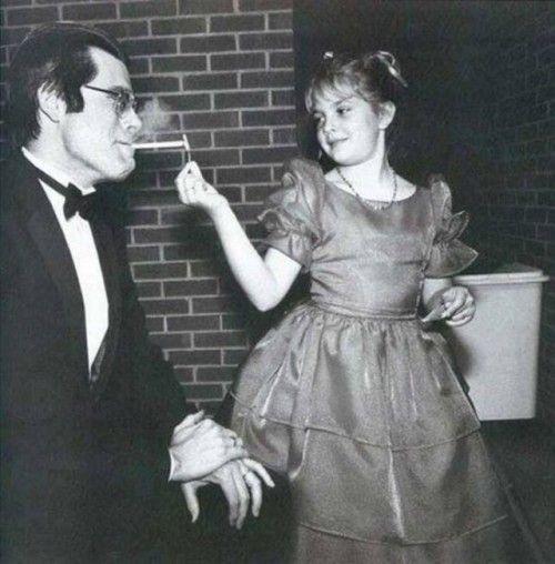 Drew Barrymore Acende Um Cigarro De Stephen King Gente Fotos De Famosas Fotos Incriveis E Drew Barrymore