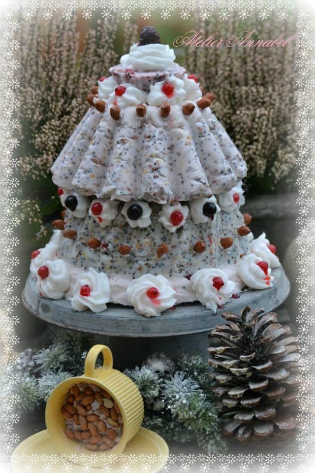 Vogelvoer taart (als je de bovenste vorm 3 x op elkaar zet heb je een kerstboom)