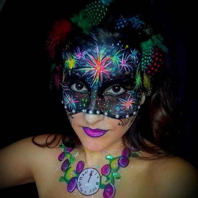 Tan sólo quería desearos feliz año nuevo. I just wanted to wish you a happy new year. #campanadas2018 #feliz2018 #fuegosartificiales  #fireworks  #twelvegrapes #tradicion #mask  #mascara #nochevieja #felizañonuevo #2018 #happynewyear #inspiracion #campanadas #reloj #doceuvas #madrid #spain #puertadelsol #neon #fluor #makeupfun  #facepainting #bodypainting #aguacolor #facepaintersofinstagram #watercolor  #superstarfacepaint  #maquillaje