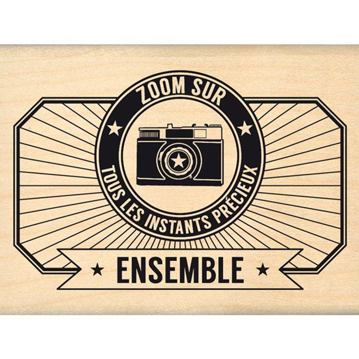 Tampon bois, assorti à la collection Capsule Mars 2016, permettant d'imprimer un appareil photos stylisé avec l'inscription ZOOM SUR TOUS LES INSTANT ...
