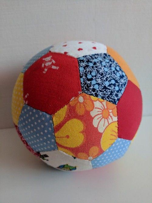 new arrival 38019 da8f7 Sara kan själv - Sew with scraps. Sy boll av spillbitar. Fint till små barn  och bra med en mjuk boll inomhus.   Sara kan själv   Kids toys, Soccer  ball, ...