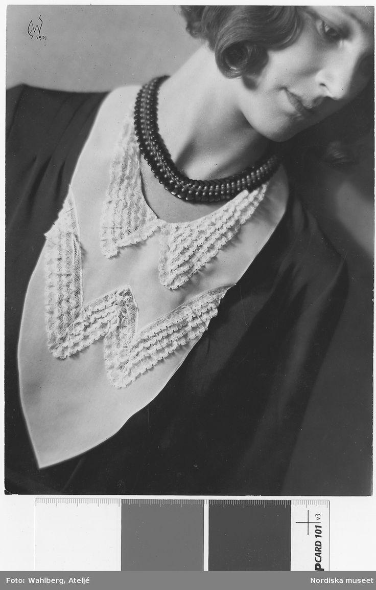"""""""Kragar, manschetter, isättningar"""". Modell med halsisättning, halsband. Nordiska Kompaniet. Fotograf: Ateljé Wahlberg, 1931."""